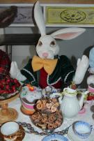 Kaninchen Weiß am Tisch.jpg