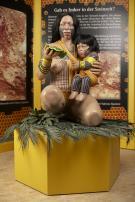 Indianerfrau mit Kind, kniend auf Podest
