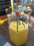 Glaswabe mit Biene
