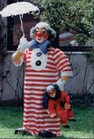 Clown mit Koffer und Schirm
