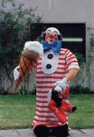 Clown mit Eistüte und Koffer