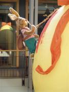 Hase bemalt hängendes 2 Meter Ei
