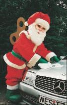Der erste Weihnachtsmann der Autos poliert