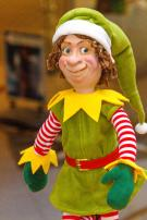 Elf auf Geschenkpapierspule