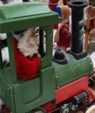 Eisenbahn mit Weihnachtsmann als Zugführer