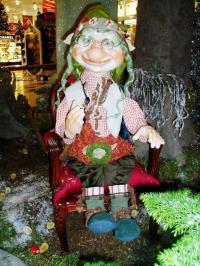 Troll-Opa mit Brille, sitzt auf Barocksessel