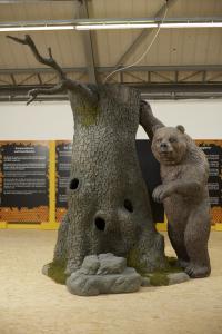Baumstamm-Nachbildung 3 m hoch mit Grizzly-Bär
