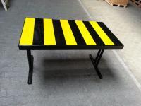 Tisch mit schwarz-gelben Streifen