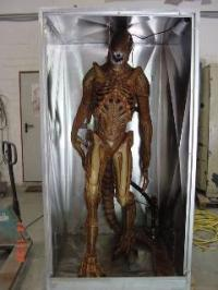 Alien spuckt Wasser