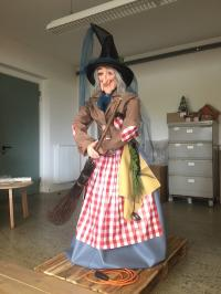 Witch 160 cm, Weather protected, speaking, hip movement