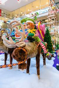 Weihnachtself reitet auf Rentier