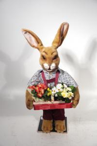 Hase- mit Korb voll Blumen in der Hand