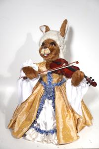 Hase- Musiker im barocken Gewand mit Geige