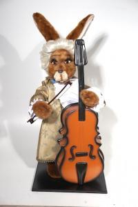 Hase- Musiker im barocken Gewand mit Kontrab