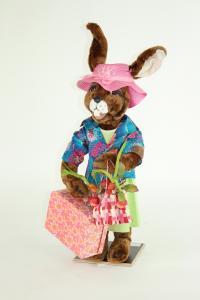 Hase- Frau mit Koffer und Einkaufstasche