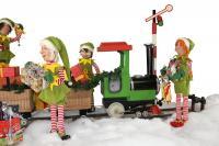 Weihnachtselfen beladen einen Zug