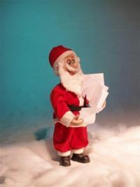 Weihnachtsmann stehend, sortiert Bestellungen
