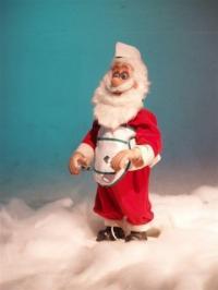 Weihnachtsmann stehend, sticht Plätzchen aus