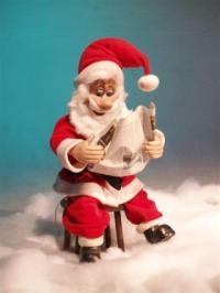 Weihnachtsmann liest Zeitung
