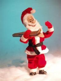 Weihnachtsmann trägt Ski auf Schulter