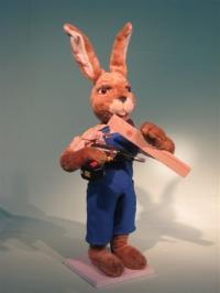 Hase mit Akkuschrauber und Holz