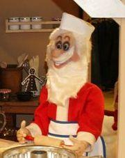 Weihnachtsmann rollt Teig aus