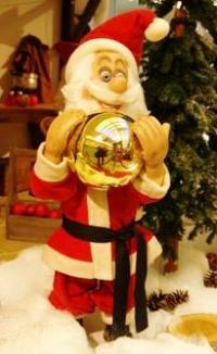 Weihnachtsmann mit großer Weihnachtskugel