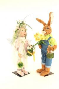 Hase- schenkt Elfe Blumen