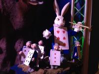 Weißes Kaninchen mit Trompete vom Kunst Märchen Alice im Wunderland