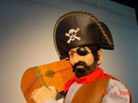 Pirat trägt Schatztruhe auf Schulter