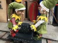 2 Weihnachtselfen stehen auf Draisine.