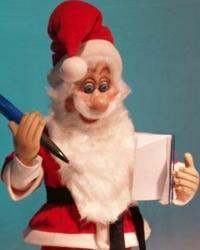 Weihnachtsmann stehend, trägt die Bestellungen ins Auftragsbuch