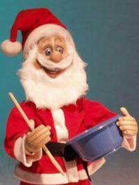 Weihnachtsmann stehend, schleckt Teig aus einer Schüssel