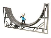 Halfpipe mit Osterhase auf Skateboard
